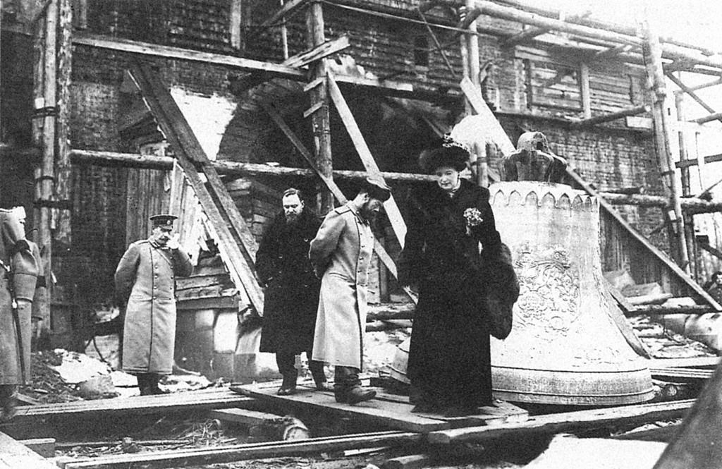 Государь Николай II и Государыня Императрица осматривают ход строительства собора
