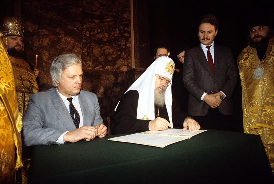 Podpisyvayut-akt-o-peredachi-m-moshhej